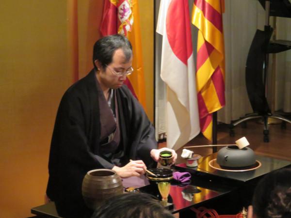 CEJE asiste a la ceremonia del té y exposición de cerámica Bizen en la residencia del Cónsul
