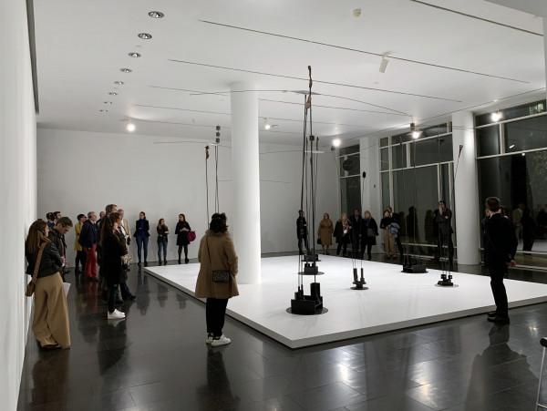 Socios del Círculo Empresarial Japón España visitan la exposición del escultor griego Takis en una visita guiada al Macba