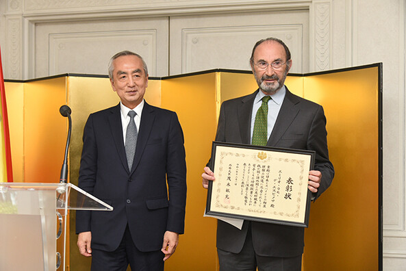 Emilio Lamo de Espinosa receives the distinction from the Ministry of Foreign Affairs of Japan
